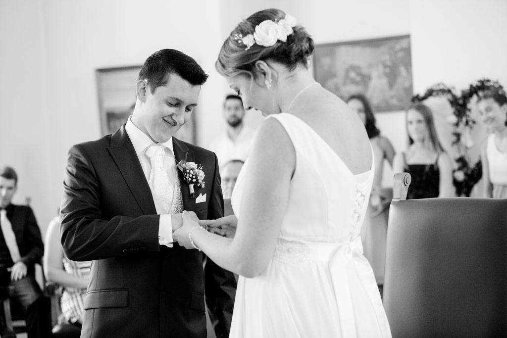 Hochzeitsbilder Leipzig - Die Braut steckt dem Bräutigam den Ring an