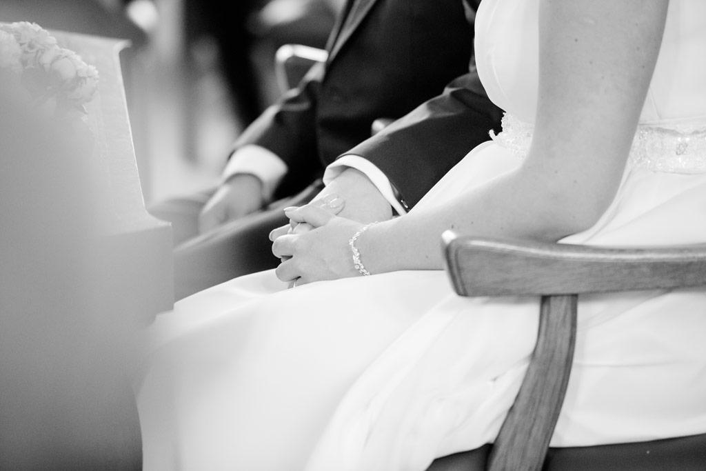 Hochzeitsbilder Leipzig - Braut und Bräutigam halten Händchen