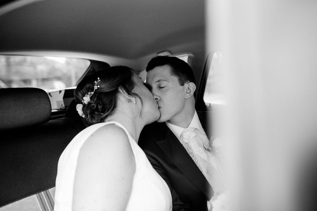 Hochzeitsbilder Leipzig - Der Kuss im Brautauto