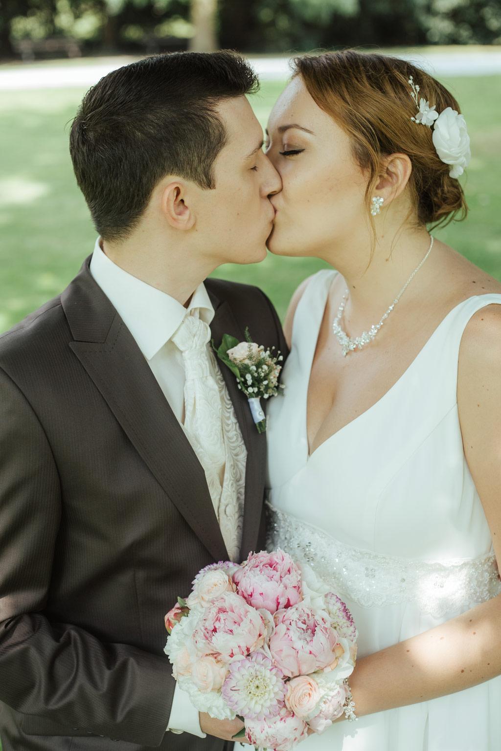 Hochzeitsbilder Leipzig - Braut und Bräutigam küssen sich