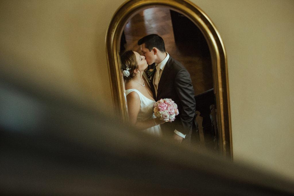Hochzeitsbilder Leipzig - Das Brautpaar spiegelt sich in einem alten Spiegel