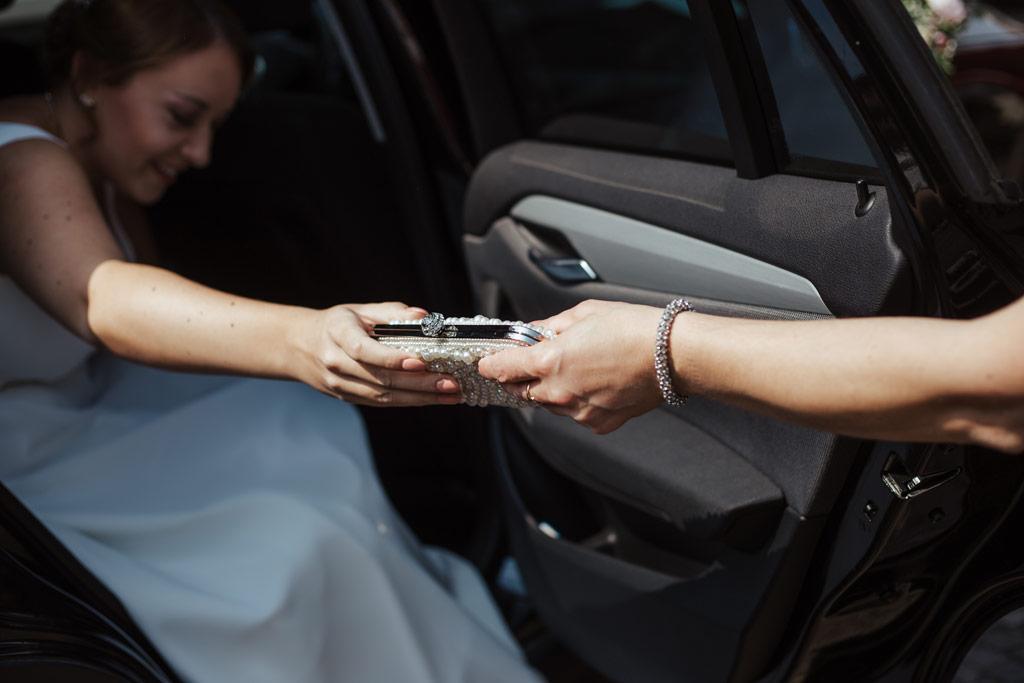 Hochzeitsbilder Leipzig - Die Braut steigt aus dem Auto