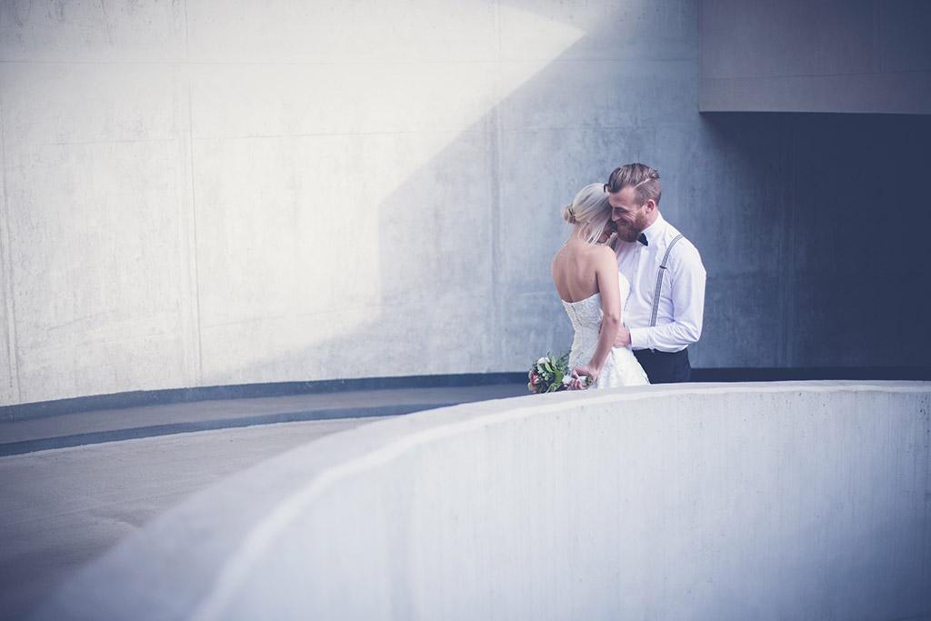 Hochzeitsfotos Idee - Ein Brautpaar im Parkhaus