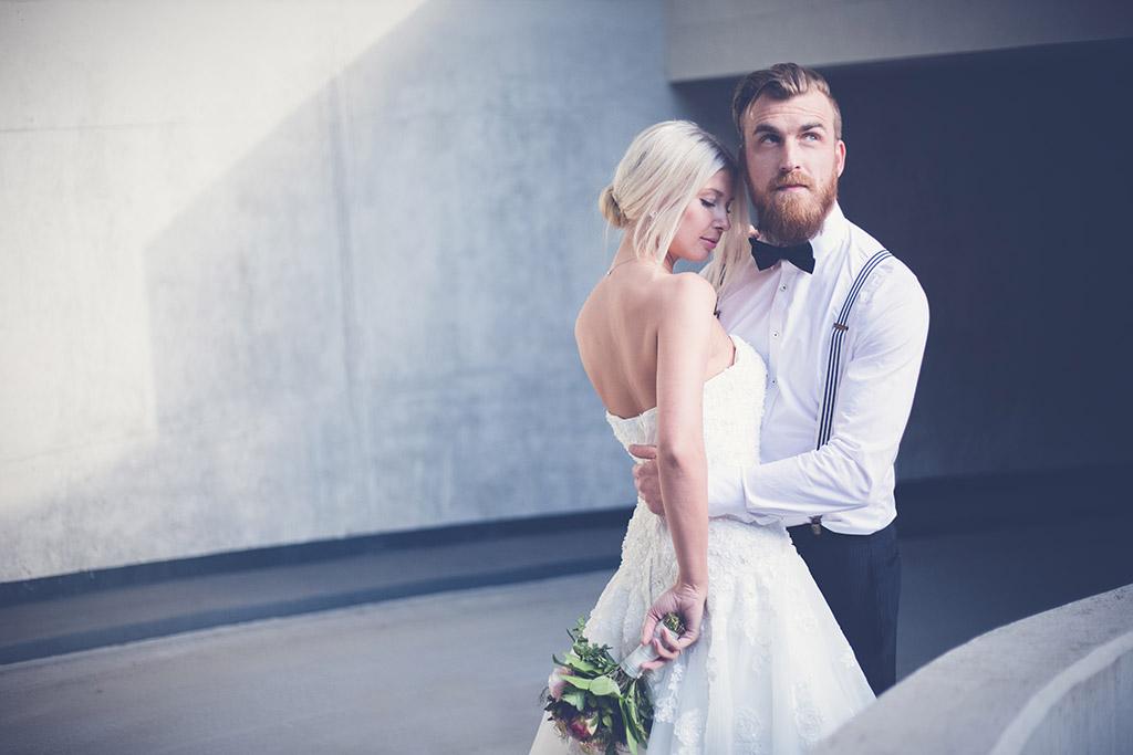 Hochzeitsfotos Ideen - Braut und Bräutigam im Parkhaus