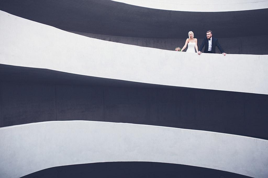 Hochzeitsfotos Ideen - Linien und Architektur in Kombination mit einem Brautpaar