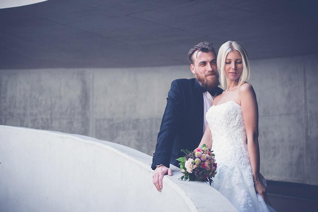 Hochzeitsfotos Ideen - Der Bräutigam himmelt seine Braut an