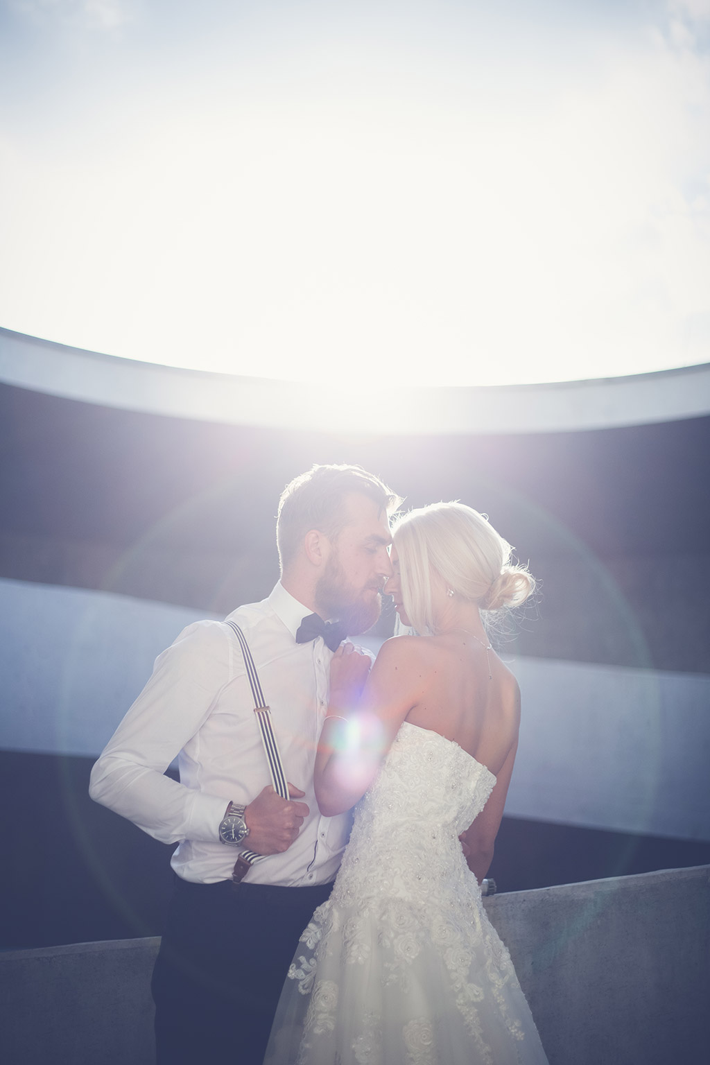 Hochzeitsfotos Ideen - Ein Brautpaar küsst sich im Parkhaus