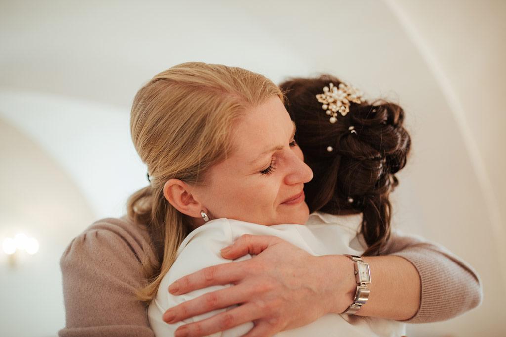 Tränen bei der Gratulation | Hochzeitsfotos Leipzig | Ireen Lampe - Hochzeitsfotograf Leipzig | www.ireen-lampe.de