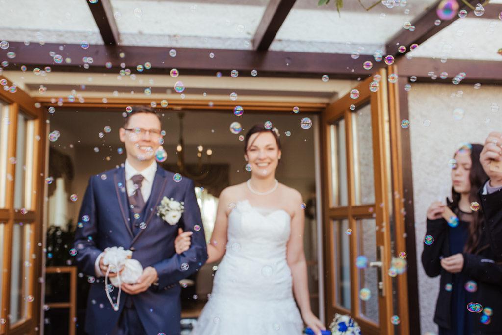 Auszug des Brautpaares mit Seifenblasen | Hochzeitsfotos Leipzig | Ireen Lampe - Hochzeitsfotograf Leipzig | www.ireen-lampe.de