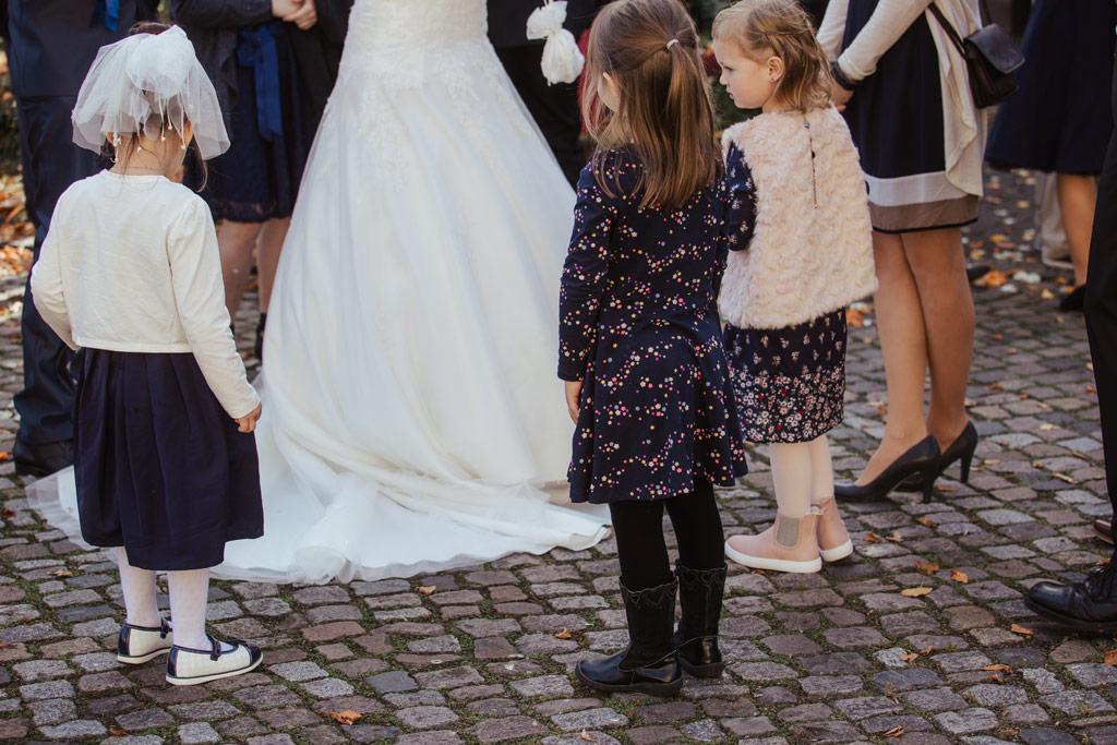 Die Kinder bewundern die Braut | Hochzeitsfotos Leipzig | Ireen Lampe - Hochzeitsfotograf Leipzig | www.ireen-lampe.de