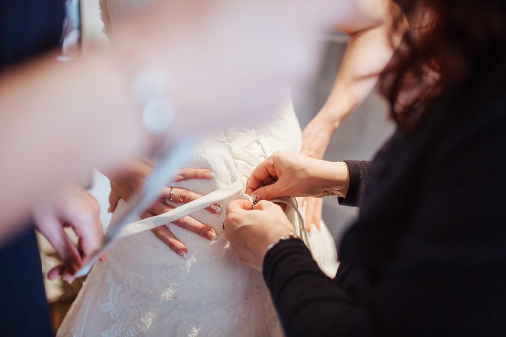 Brautkleid anziehen beim Getting Ready | Hochzeitsfotos Leipzig | Ireen Lampe - Hochzeitsfotograf Leipzig | www.ireen-lampe.de