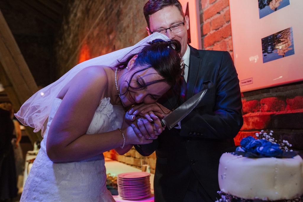 Das Anschneiden der Hochzeitstorte | Hochzeitsfotos Leipzig | Ireen Lampe - Hochzeitsfotograf Leipzig | www.ireen-lampe.de